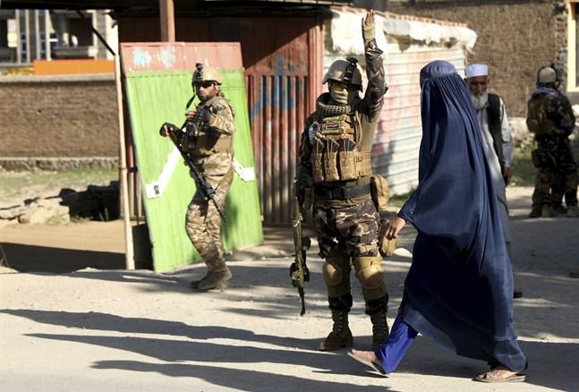 Afghanska säkerhetsstyrkor på plats utanför den moské i distriktet Shakar Darah i huvudstaden Kabul som på fredagen skakades av en dödlig explosion. Minst tolv människor miste livet.