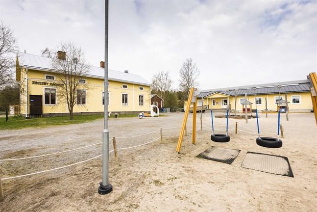 Singsby daghem finns i en gammal folkskola och i modulbyggnader. Om man går in för ett nybygge är ett alternativ att flytta bort modulerna och sälja folkskolan.