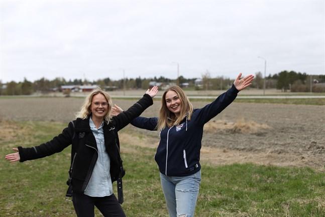 Programledaren Malin Olkkola och projektarbetaren Mathilda Kull hoppas att så många som möjligt vill delta på de virtuella skolresorna.
