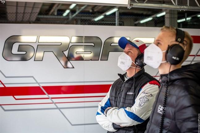 Rory Penttinen och sonen Nico kollar in resultaten på skärmarna.