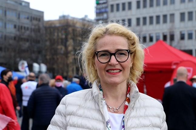 Europaparlamentarikern Miapetra Kumpula-Natri (SDP) på Vasa torg i våras.