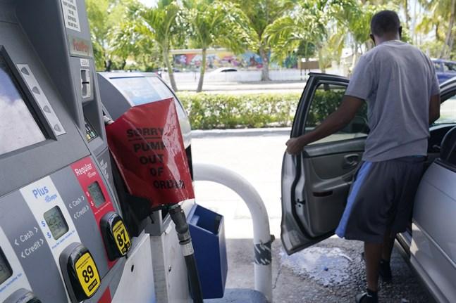 En kund får lämna en bensinstation i Miami som har slut på bensin.