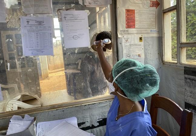En man får sin temperatur kontrollerad på Matanda-sjukhuset i Butembo i östra Kongo-Kinshasa. Bild från i februari i år.