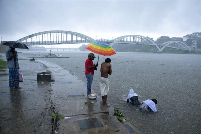Badande i staden Kochi i den sydindiska delstaten Kerala där cyklonen Tauktae gjorde sig påmind med ihärdigt regn redan under helgen.