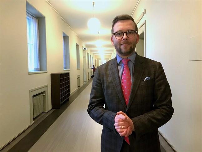 I ett inlägg på sociala medier ifrågasätter Mats Löfström (SFP), riksdagsledamot och medlem i grundlagsutskottet, Sannfinländarnas sätt att förhala beslutsprocessen om EU:s återhämtningsfond.