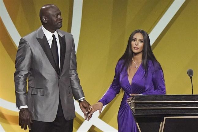 Kobe Bryants hustru Vanessa Bryant tillsammans med basketlegendaren Michael Jordan i samband ceremonin där Kobe Bryant valdes in i basketens Hall of Fame.