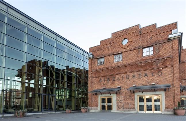 Flera hundra ungdomar samlades på fredag och lördag i närheten av Sibeliushuset i Lahtis. Båda gångerna tvingades polisen ingripa på grund av störande beteende.
