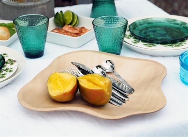 Dukning med bland annat Alvar Aaltos böljande tallrik och glas ur Kastehelmi-serien.