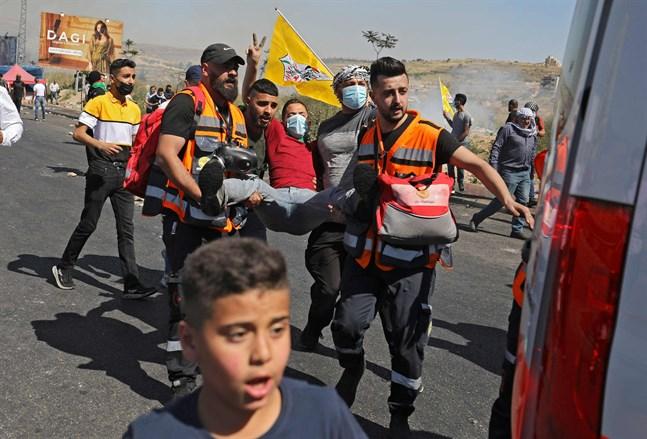 Det finns många skevheter i Mellanösterns klanbaserade arabstater – inte minst kvinnornas ställning i Saudi-Arabien. Det kan regionens enda demokrati Israel peka på. Men det gör inte den palestinska konflikten mindre alarmerande. På bilden evakueras en palestinier sårad under oroligheter nära den judiska bosättningen Beit El på Västbanken.