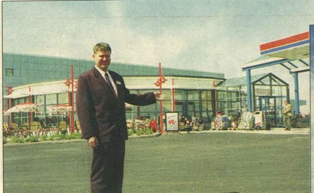 Teboilköpmannen Johnny Sigg i Närpes öppnade sin nya servicestation i går.