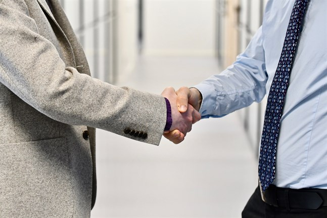 Så kallade bästa broder-nätverk och andra typer av favorisering av släkt och bekanta är enligt Åbo Akademis undersökning de vanligast förekommande korruptionsformerna i Svenskfinland.