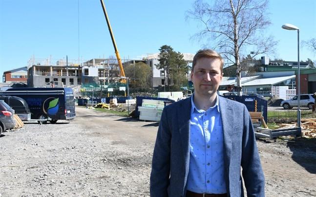 Nu i början ser det ut att vara mycket betong i Närpes högstadieskola, men då träelementen kommer blir det annorlunda, säger arkitekt Joni Lindberg.