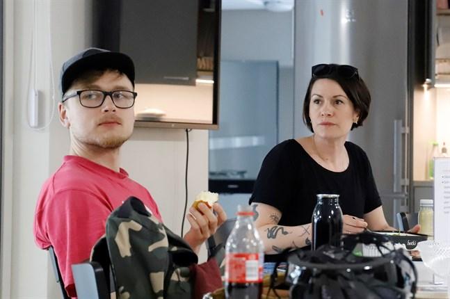 Filmen spelas in under sju dagar i juni. En av utmaningarna har varit att ändra och förkorta formatet. På bilden Kalle Haldén och Annika Åman.