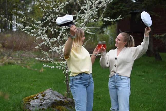 Nervositeten byttes ut mot glädje när det stod klart att Anna Lipkin och Olivia Gullans får titulera sig studenter.