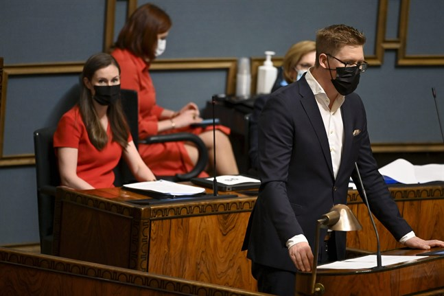 Statsminister Sanna Marin lyssnar på SDP:s gruppordförande Antti Lindtman.
