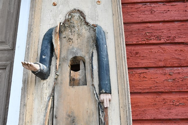 Fattiggubben vid Lappfjärds kyrka utsattes för skadegörelse under natten mot 18 maj.