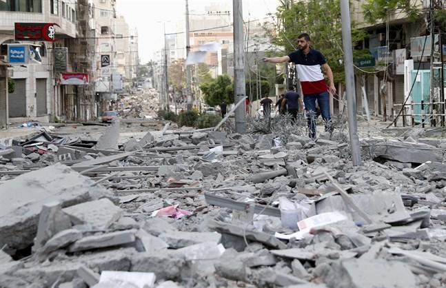 Skador vid en affärsbyggnad som träffades i ett flyganfall på måndagen, i närheten av hälsodepartementet i staden Gaza.