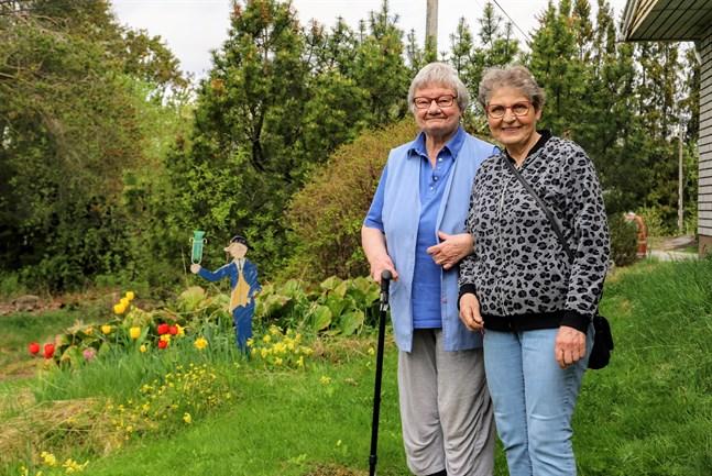 Birgit Strand och Iris Strand njuter för fulla muggar av livet i Oravais. Bästa stället att bo på, konstaterar de.