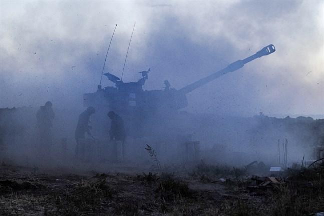 Israeliskt artilleri avfyras mot Gazaremsan.