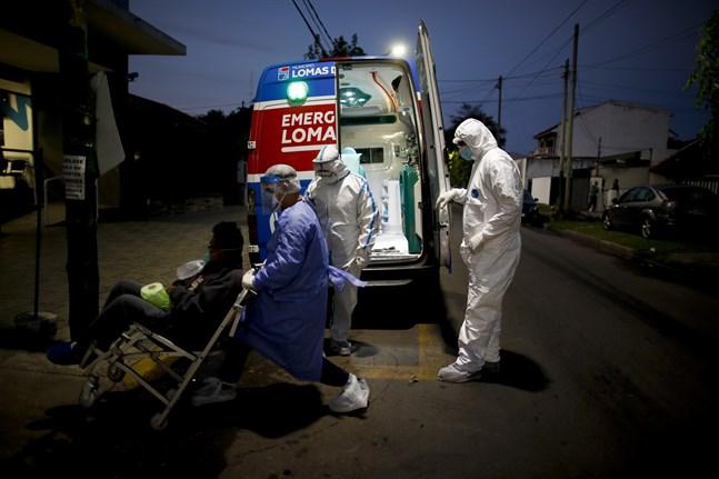 Vårdarbetare tar hand om en covidpatient vid ett sjukhus i Lomas de Zamora i Argentina tidigare i maj.