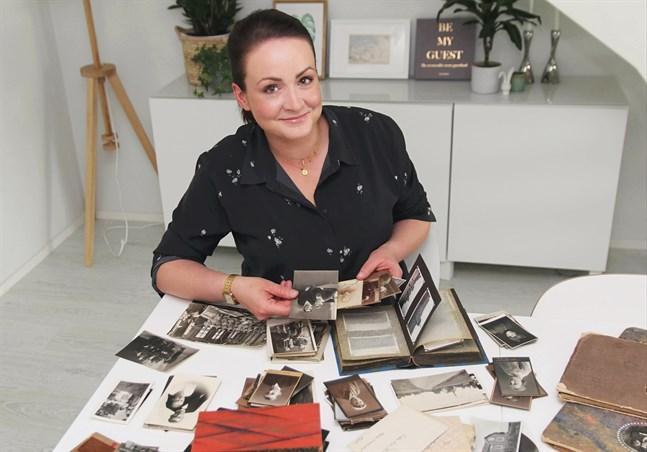 Evelina Wilson är uppvuxen i Korsholm och har släkt i Vörå. Nu försöker hon reda ut vem som finns på bilderna hon ärvt, och hoppas att allmänheten kan hjälpa.