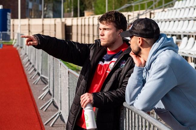 Simon Skrabb i samtal med Sergei Eremenko om hur spelsugna de var, när denna bild togs i maj.