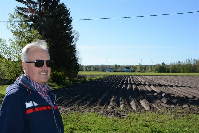I Dagsmark ser vi vindkraftverken i Storå och Bötom, men tyvärr är de på fel sida av kommungränsen och ger ingen fastighetsskatt till Kristinestad, säger Stig Rosengren, som påpekar vindkraftens betydelse för stadens ekonomi.