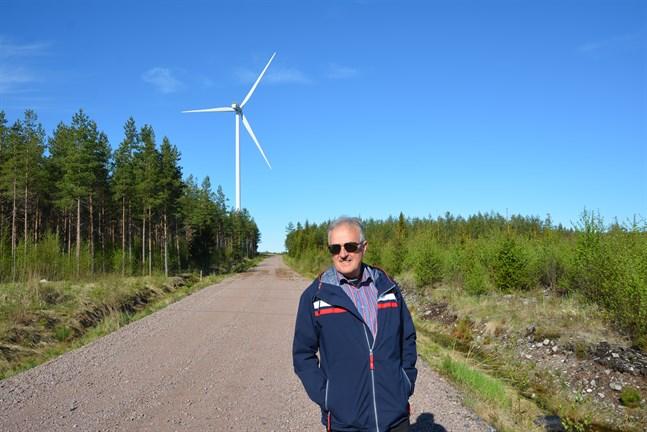 Stig Rosengren i Dagsmark säger att vindkraftverken ger både markägare och kommunen viktiga inkomster. Här vid ett vindkraftverk på Lakiakangas 1 i Bötom.