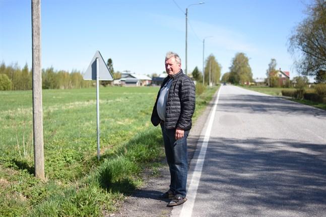 Här på grönområdet planeras för en ny branddepå i Övermark. På tiden, anser John-Erik Nybacka som är stationsansvarig vid Övermark brandstation.