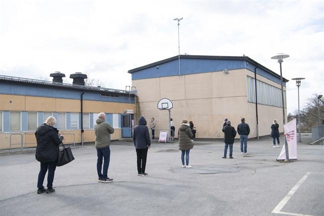 Kö för vaccinering mot covid-19 i Rinkeby. Sverige har just nu det högsta antalet nya covid-19-fall per 100000 invånare i EU. Arkivfoto.