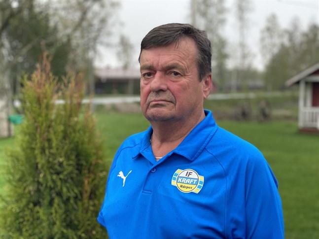 Då Krafts spelare ligger skadade på gräset är det servicemannen Rune Kalberg som rycker in. Det har han gjort i snart 50 år.