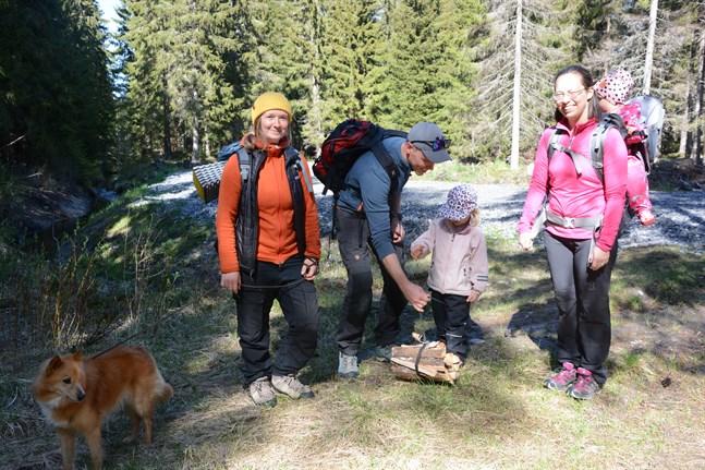 Ida Mansner med hunden Jerry på skogsutflykt med Jan, Penny, Malin och Majken Lillhannus.