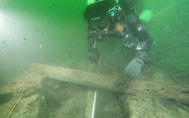Förmodad kanonlavett hittad under dykningarna.