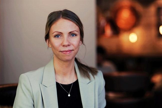 """25-åriga Matilda Hassel är projektledare för Finlands svenska Marthaförbunds projekt """"En euro i taget"""" som riktar sig till unga vuxna."""
