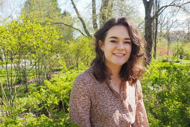 June Bertell har bott i Vasa men studerar numera i Jakobstad. Hon ser mycket positiva saker med att vara ung i dag.