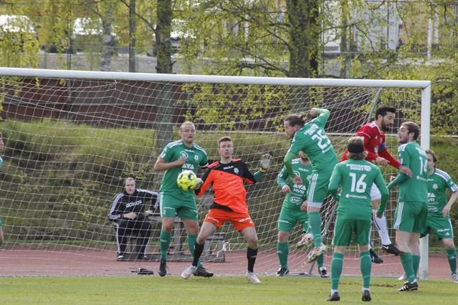 Kaskö IK:s Vanja Pobor är här omringad av sex motståndare då han ska försöka göra mål på hörna. Matchen mellan Kaskö IK och ToVe slutade 1–1.