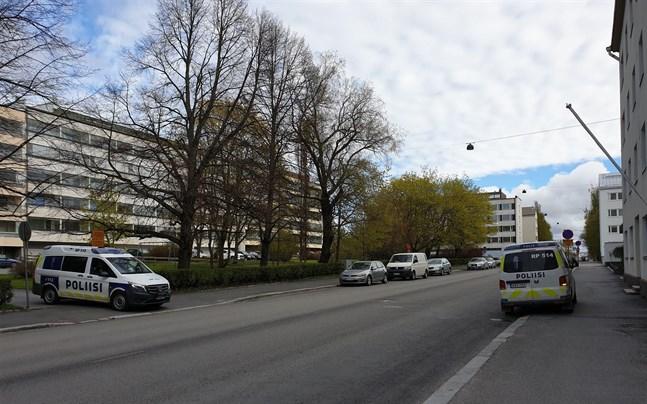 Fyra polisbilar och en av polisens motorcyklar kom till platsen.