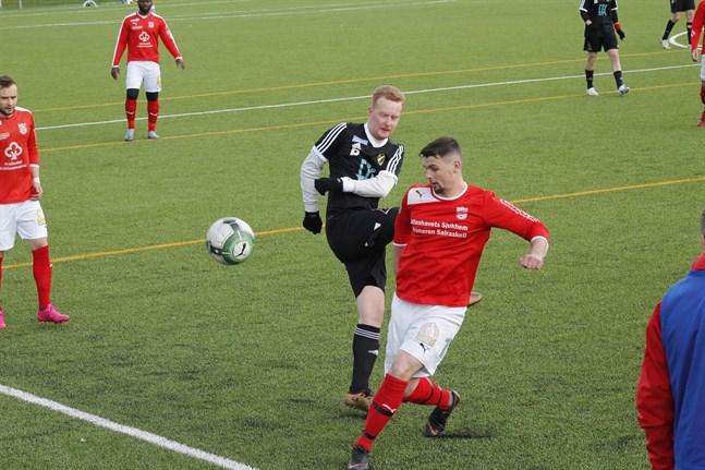Sportings Kristian Bodman kämpar här om bollen med Strömsös Mikael Johansson som tidigare spelat med Kraft. I bakgrunden Sportings Sifet Becic.