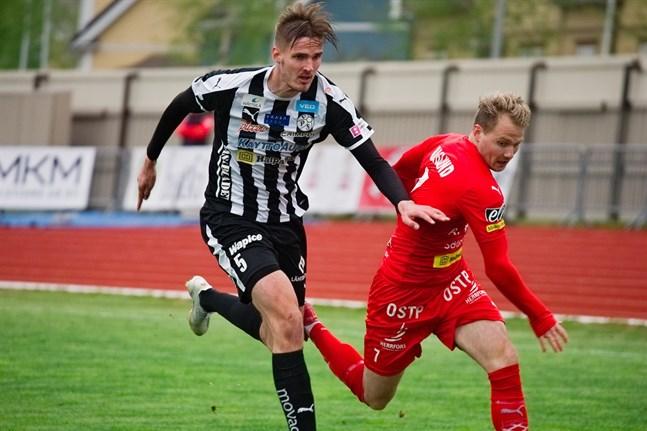 Mikko Pitkänen har klivit fram som ledarfiguren i VPS-försvaret. Här jagar han Jaros anfallare Samuel Haglund.