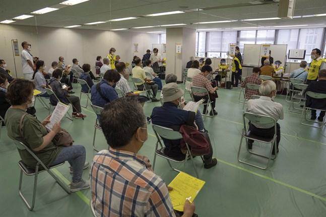 Två massvaccineringscenter har öppnat i Japan.