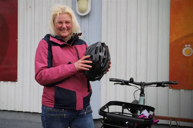 Anette Hattula-Risberg väljer cykeln för att få motion och uppleva omgivningarna. Hon ser gärna att det satsas på cykelvägar, men vem som ska betala är svårt att säga.