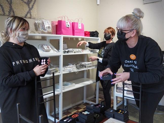 Leena Kero, kaféföretagare för Våffelkaféet, och Taito Shop Kankuris personal Jaana Päivärinta och Marika Saarela ställer i ordning butiken inför säsongsöppningen.