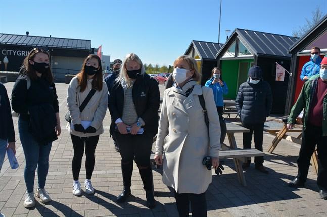 De unga kandidaterna Elin Svedman, Ly Le Huyen och Nicole Sten (som alla blev invalda) träffade SFP:s partiordförande Anna-Maja Henriksson på torget i Närpes inför kommunalvalet. Snart får partierna rekrytera kandidater till välfärdsområdesvalet.