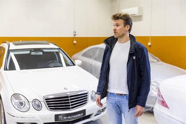Rasmus Holm har tre stycken bilar av märket Mercedes-Benz som importerats från Japan.