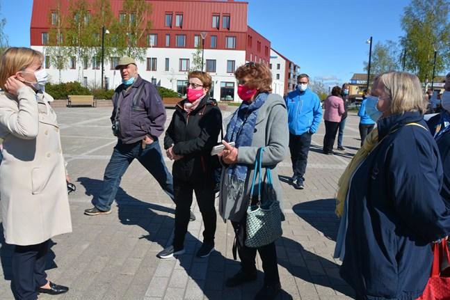 Anna-Maja Henriksson möter kandidaterna Britta Stenberg och Eivor Eklund-Back. Gunvor Skogman undrade när hon kan ta tåget till Helsingfors, men hon fick svaret att elflyg är troligare.