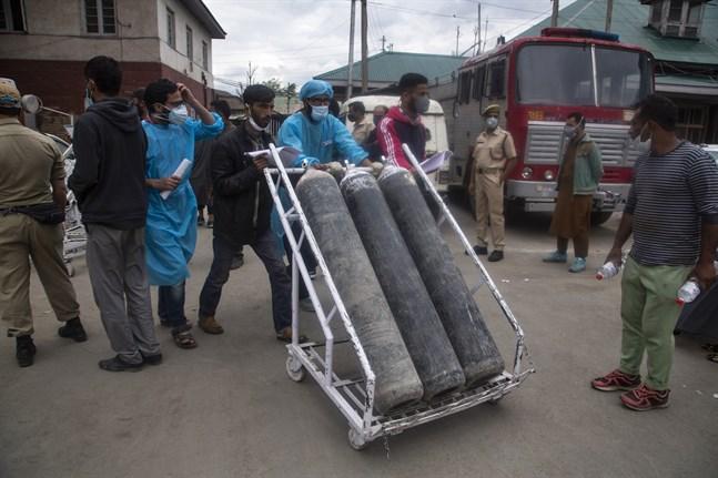 Syrgasbehållare anländer till sjukhuset i Srinagar i den indiska delstaten Jammu och Kashmir. Bilden är från i söndags.