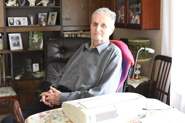 Skrivmaskinen står framme hos Boris Sjögård. Han deltar aktivt i samhällsdebatten trots att han fyllt 92 år. En kommunal satsning på förmånliga hyresbostäder i byarna är något han efterlyser.
