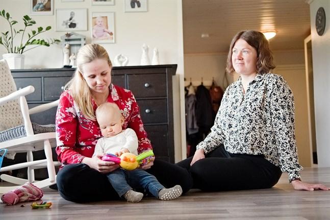 Emmy Hagnäs, med Lisa i famnen, och Samantha Holmberg har både barn i skol- och dagisåldern. De tycker att Larsmo är en bra kommun att ha familj i.