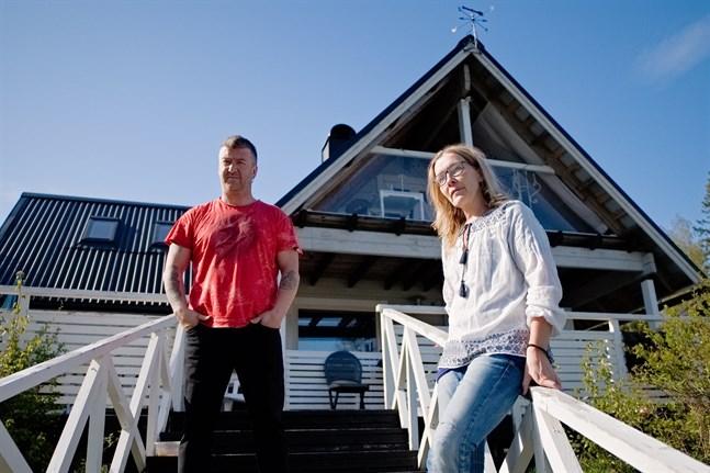 Tom Haavisto och Anne Holm-Haavisto är övertygade om att fler barnfamiljer skulle ta steget ut och flytta permanent till sina sommarstugor om de kunde få göra om dem till fasta bostäder och därmed få tillgång till skolskjutsar.
