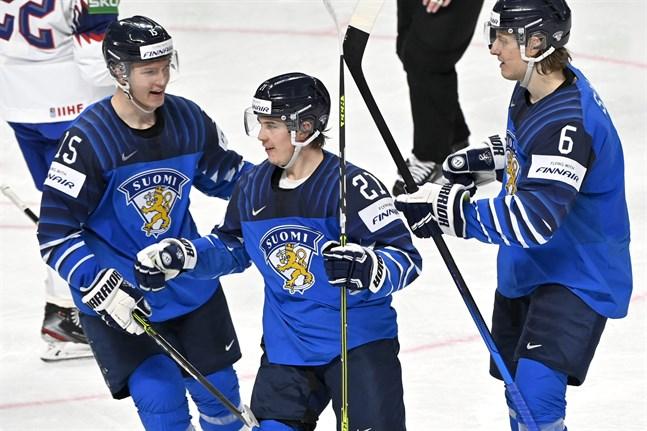 Får Anton Lundell (nummer 15) och de övriga blåvita lirarna fira en seger mot Tjeckien i kväll?